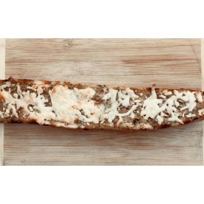 """Demi-baguette de pain garnis """"Oignon caramélisé & fromage"""""""