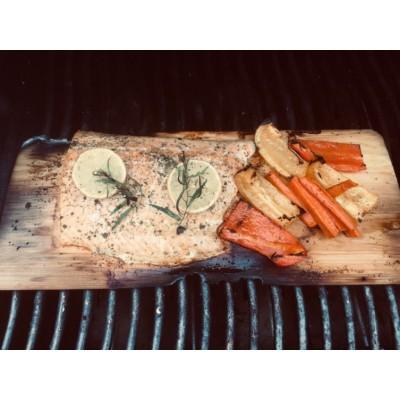 Saumon grillé sur planche de cèdre