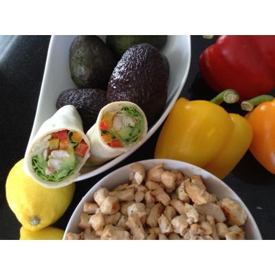 Boîte à lunch : Wrap à l'avocat, poulet & poivrons
